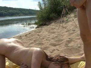 Мужик устроил секс втроем на диком пляже