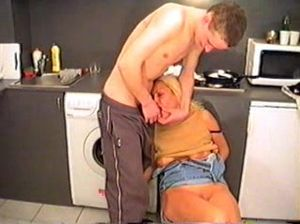 Юный сынок трахает маму на кухне