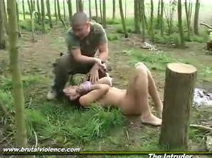 Солдат трахнул против воли брюнетку с бритой пиздой