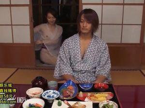 Японская супруга искупала мужа а потом дала ему