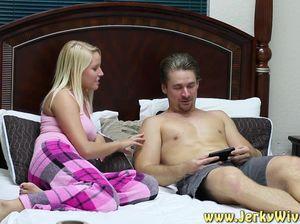 Волосатый парень трахает блондинку на кровати