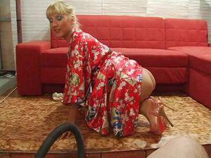 Блондинка в домашнем халате стала раком перед мужем