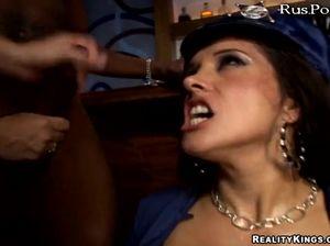 Хуястые парни лихо ебут девок в баре