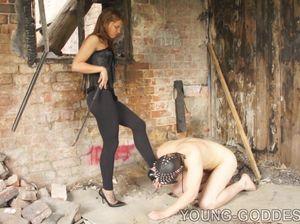 Строгая русская госпожа жестко стебется и бьет своего раба