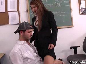 Большая шикарная жопа училки возбудила студента