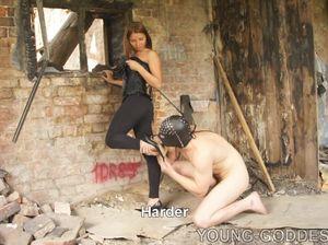 Госпожа бьет своего раба и заставляет лизать ей ноги