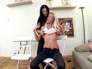Две молодые лесбиянки лижут вагины друг друга