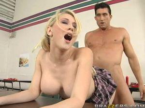 Учитель бодро трахает ученицу и дает ей пососать свой член