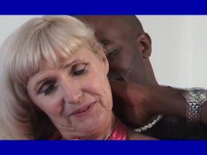 Перепихон чернокожего мужика со своей зрелой подружкой