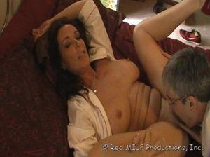 Зрелая супруга дрочит своему озабоченному мужу сиськами