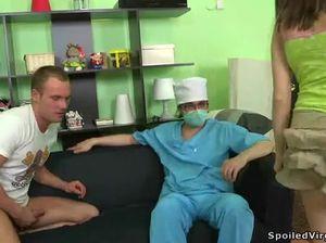 Пригласили врача чтобы лишить девственности но доктор тоже трахнул