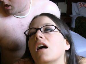 Шаловливая брюнетка в очках получила хрен раком