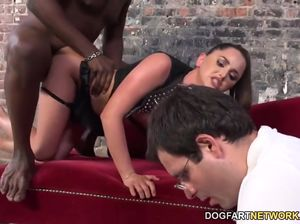 Муж наблюдает как жена трахается с большим негром