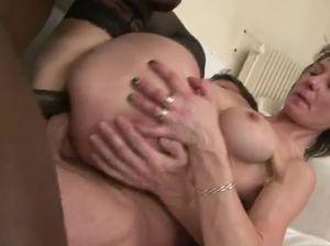Зрелую русскую женщину трахают в два смычка