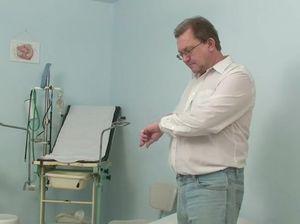 Девушка пришла на прием к гинекологу а он ее трахнул