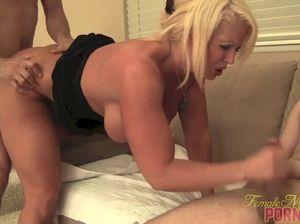 Блондинку с большими дойками ебут с двух сторон