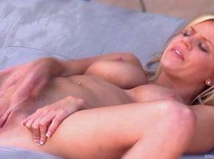 Лысая пися блондинки кончает от ее ласк
