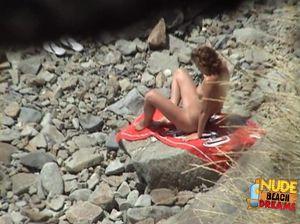 Очаровательная стройная девушка с лысой пиздой загорает на нудистском пляже