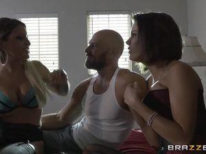 Блондинка и брюнетка перепихнулись с мужиком и выпили его сперму