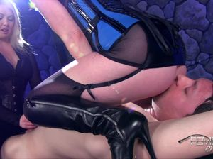 Две госпожи в латексе грубо дрочат мужику и садятся пиздой на лицо