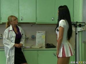 Пациент в больнице трахнул в анал молодую медсестру