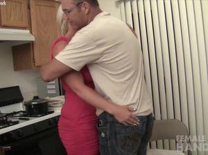 Грудастая жена подрочила своему мужу после работы