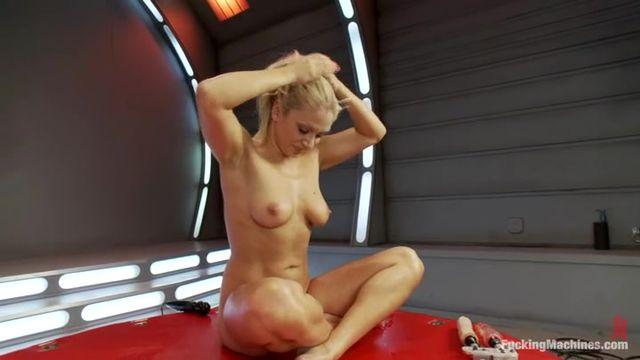 Секс машина в две дырки порно