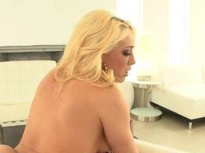 Сисястая блондиночка скачет на члене в позе наездницы