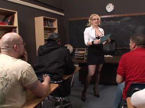 Студент трахнул учительницу в чулках в сетку