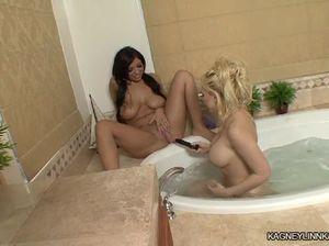 Грудастые лесбиянки наслаждаются горячей ванной