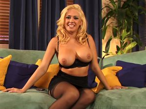 Грудастая блондинка показывает свои прелести на камеру