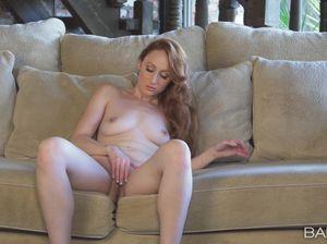 Кристина на шпильках страстно мастурбирует на диване