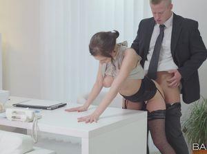 Начальник выебал скромную секретаршу посреди конторы