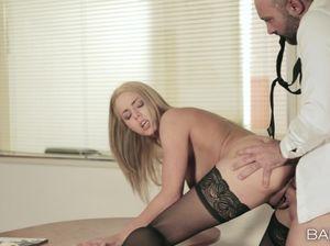 Пошлая Диана просто обожает секс в офисе