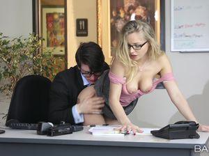 Симпатичная блондинка совратила очкарика на работе