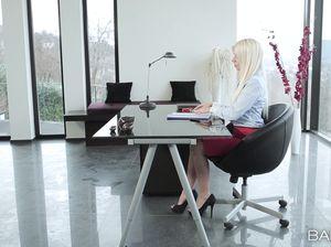 Блонда в нижнем белье ебется с неугомонным боссом