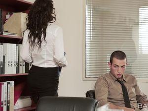 Строгая секретарша в чулках перепихнулась с программистом