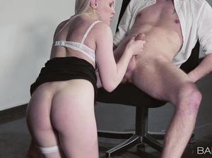 Русская красавица в белых чулках пялится с сотрудником в офисе