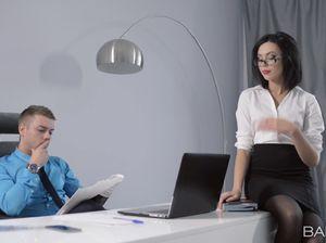 Властный босс ебет секретаршу на столе