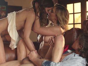 Пара красавиц устроили для паренька великолепный секс втроем