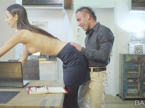 Очень высокая брюнетка жахается с подкачанным самцом в офисе