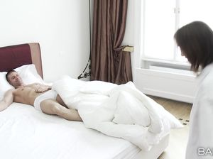 Качок оттрахал худенькую девчонку в спальне