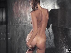 Сексуальная спортсменка дрочит в душе
