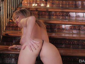 Мифла на лестнице дрочит пальцами вагину и вылизывает их