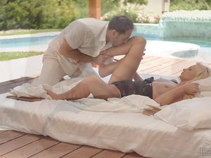 Молоденькая блондинка чпокается с мужчиной у бассейна