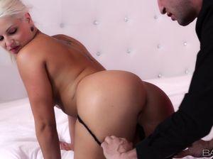 Дорогая проститутка приехала к клиенту и ебется у него в номере