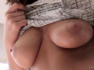 Элизабет с красивой грудью нежно ласкает свою дырочку
