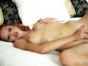 Рыжуха в туфлях увлеченно дрочит на кровати