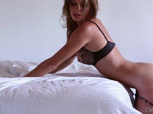 Отличная эротика от молоденькой 18-летней модели