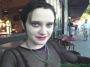 После знакомства в кафе, чикса согласилась отсосать член ухажера